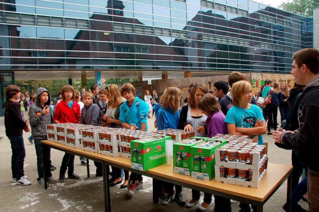 Schulmilch an der Markgrafen-Schule: Die Schüler warten geduldig.