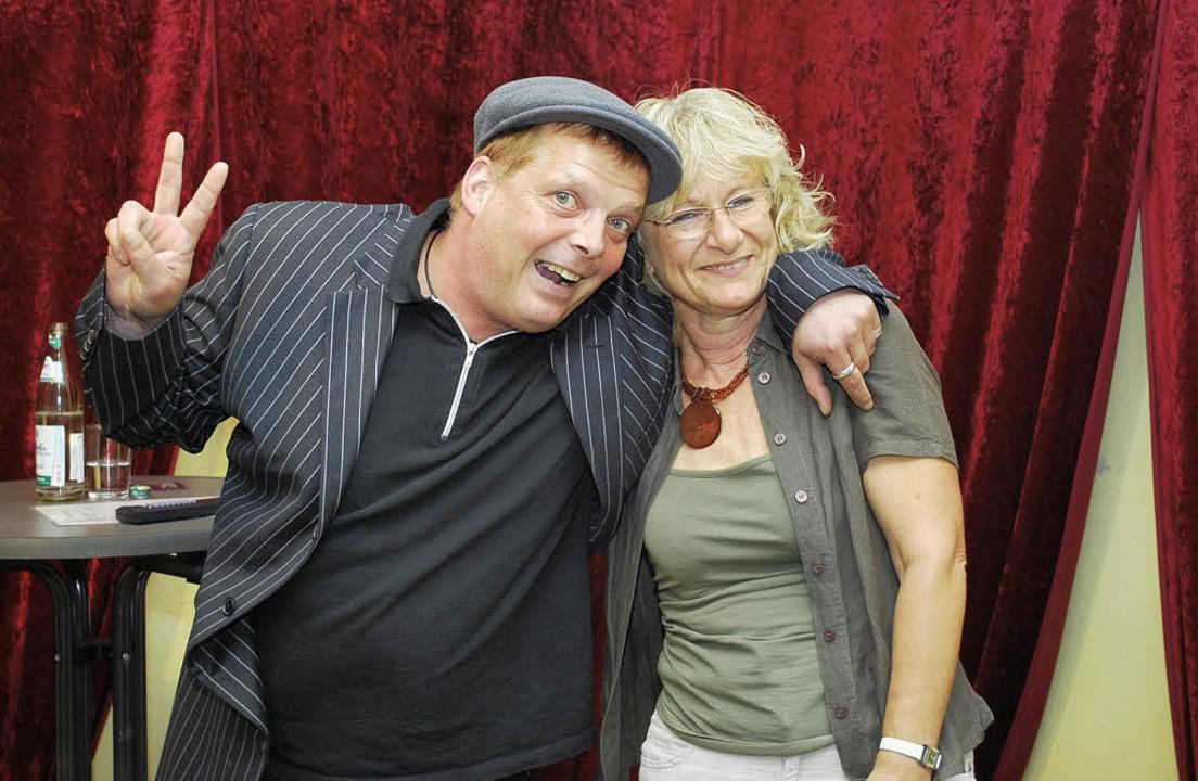 Der Kabarettist Michael Klink (alias L... Dame aus dem Publikum auf die Bühne.   | Foto: axel dröber