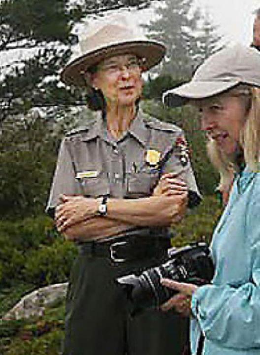 Anne Warner (l.) ist stolz, eine Rangerin zu sein.