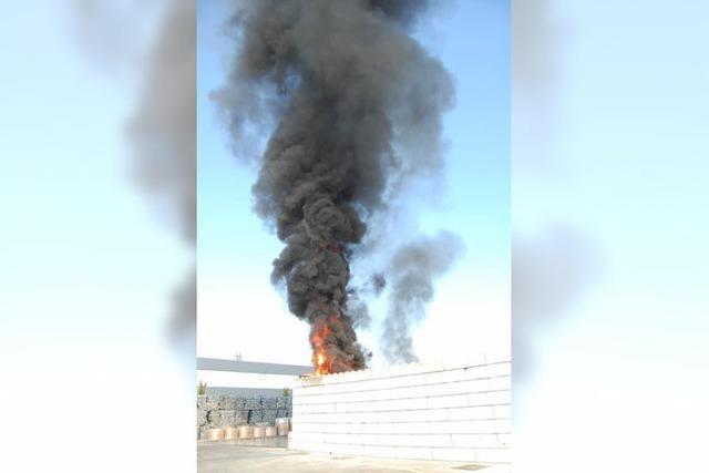 Herbolzheim: Kunststoffballen in Brand – weithin sichtbare Rauchsäule