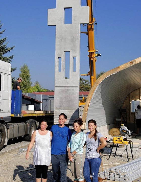 Die Kapelle auf dem Gelände der Artist...ter und den beiden Schwestern darüber.  | Foto: Hans-Jochen Voigt