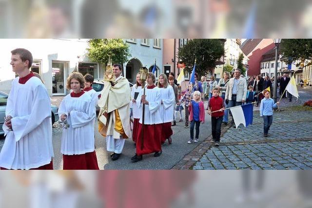 Viele Gläubige bei der Prozession zum Patrozinium