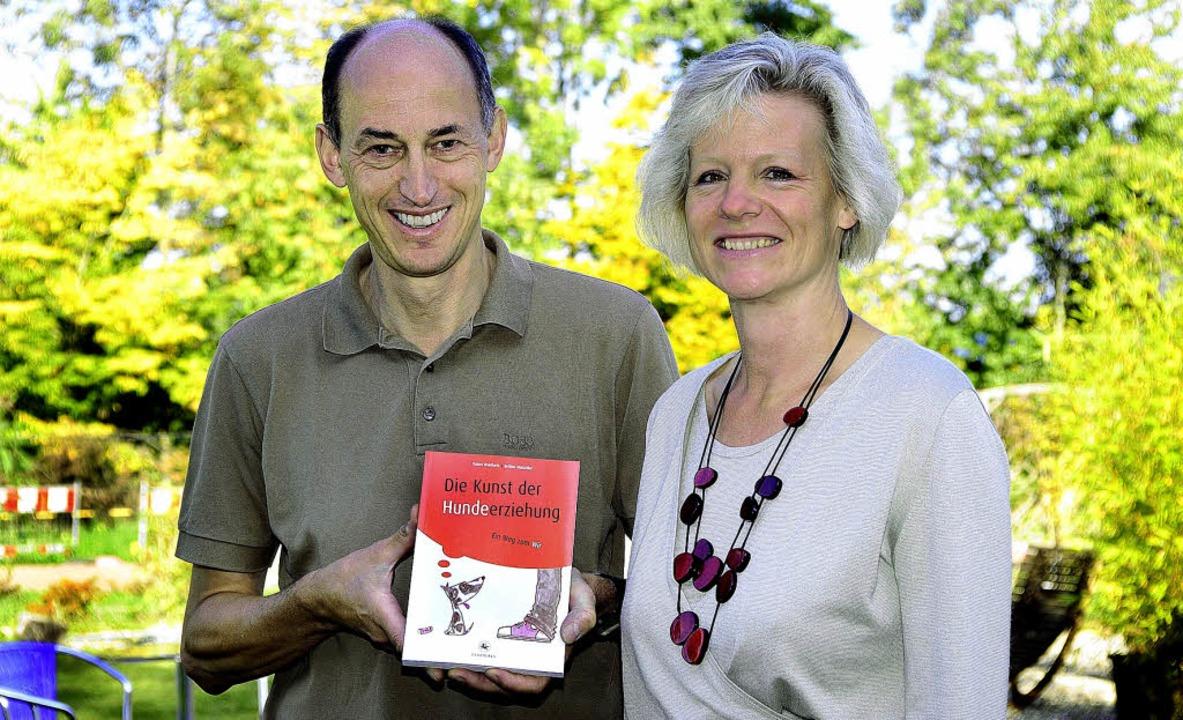 Rainer Wohlfahrth und Bettina Mutschle... Buch über Hundeerziehung geschrieben.  | Foto: Thomas Kunz
