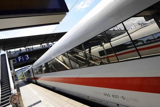 ICE rauscht an Freiburger Bahnhof vorbei