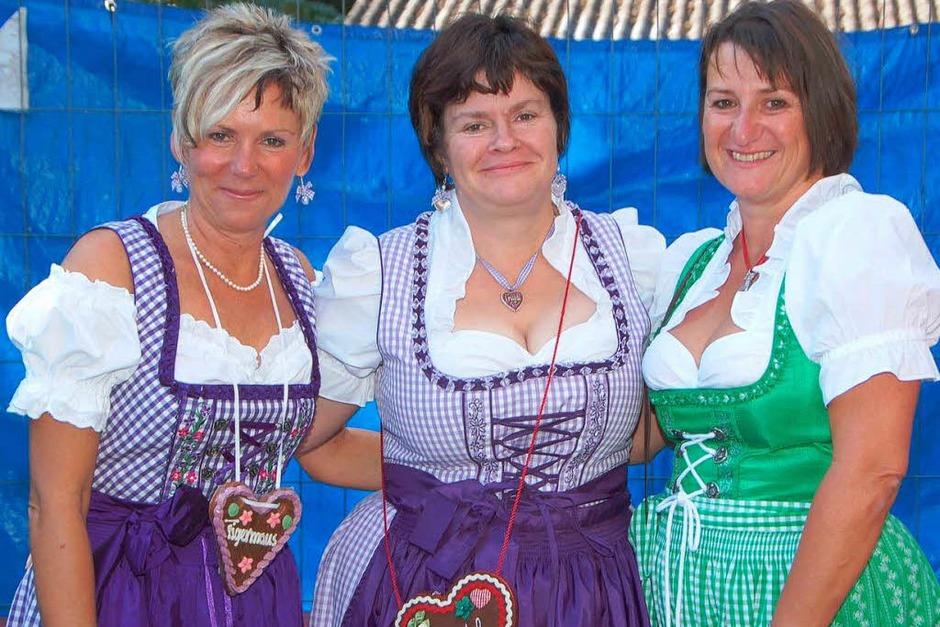 Die Vorsitzende  Manuela Leukel (Mitte) und zwei weitere Dirndlträgerinnen vom Narrenclub. (Foto: Manfred Frietsch)
