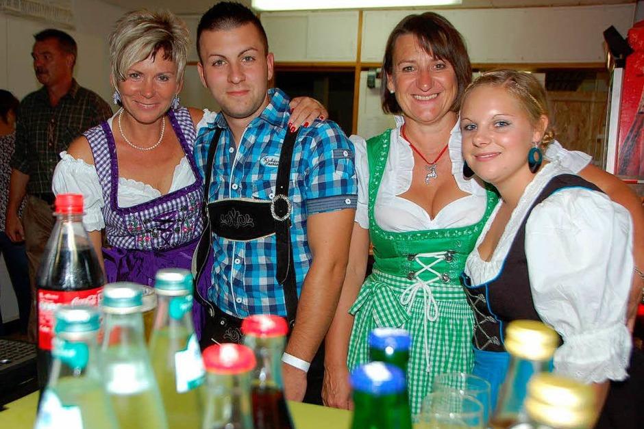… dafür sorgen Thekenmannschaft... (Foto: Manfred Frietsch)