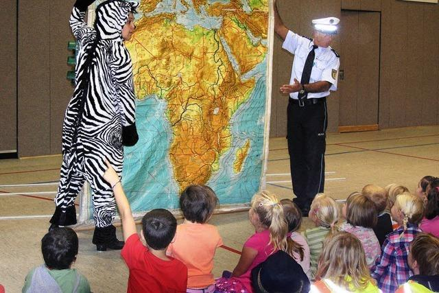 Kinder helfen dem Zebra