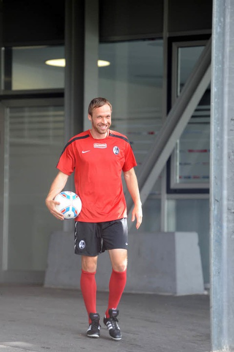 Andreas Hinkel auf dem Weg zur ersten Trainingseinheit beim SC Freiburg.  | Foto: Meinrad Schön