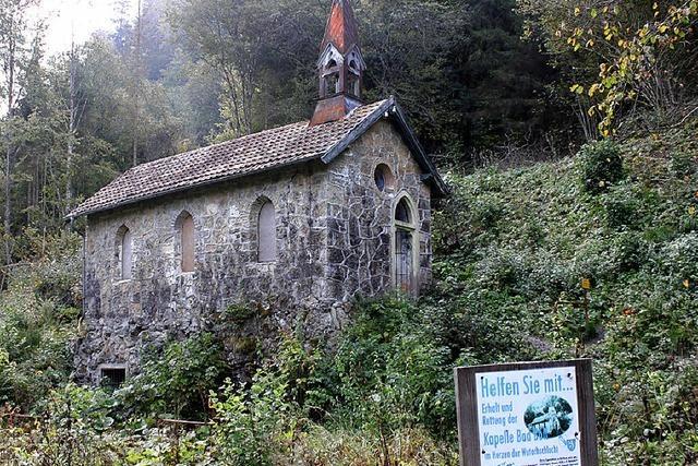 Restauratorin untersucht Badhofkapelle