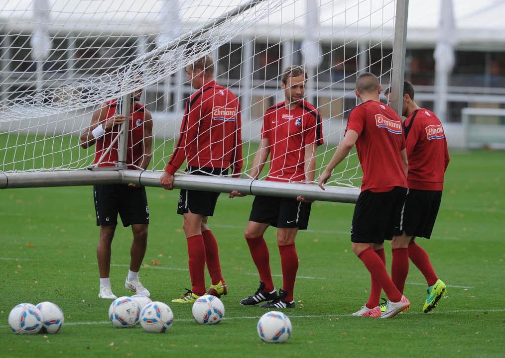 Teamwork wird beim SC groß geschrieben...Andreas Hinkel packt schon mal mit an.  | Foto: meinrad schön