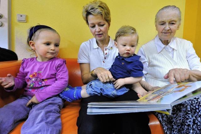 Im Evangelischen Stift treffen Kleinkinder auf Senioren