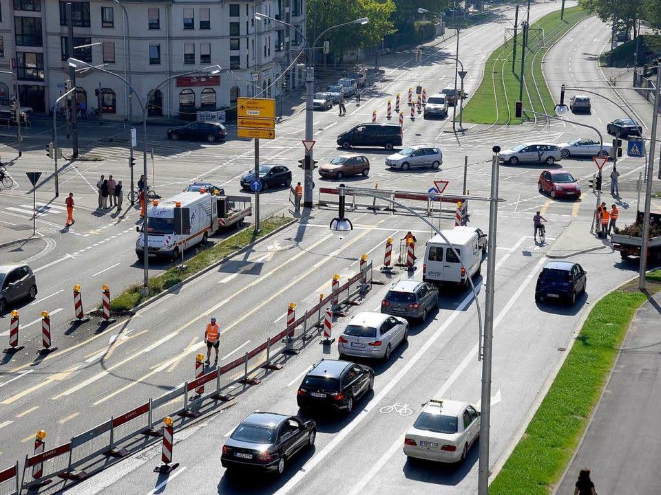Weniger Fahrspuren durch Baustellen: A... Stau lässt sich eine Ursache finden.   | Foto: Ingo Schneider