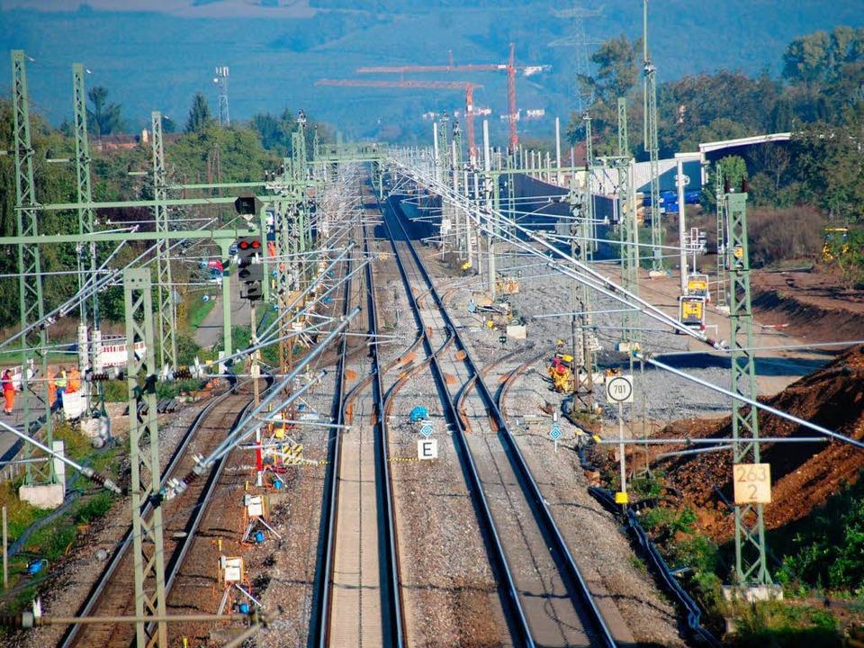 Die Weichen sind schon eingebaut: Hier...e Bahnstrecke zum Katzenbergtunnel ab.