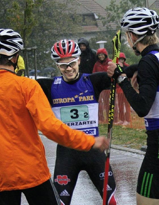 Der Doppelsieg für das SBW-Team ist pe...eglückwünschen Fabian Rießle (Mitte).   | Foto: maurer