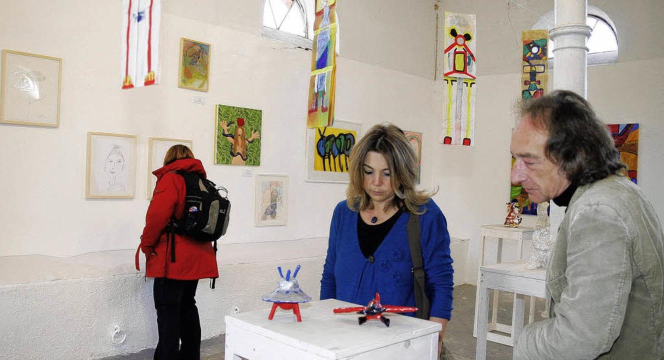 Besucher der Ausstellung schauen sich ...der und Skulpturen im Schlachthof an.   | Foto: Heidi Fössel