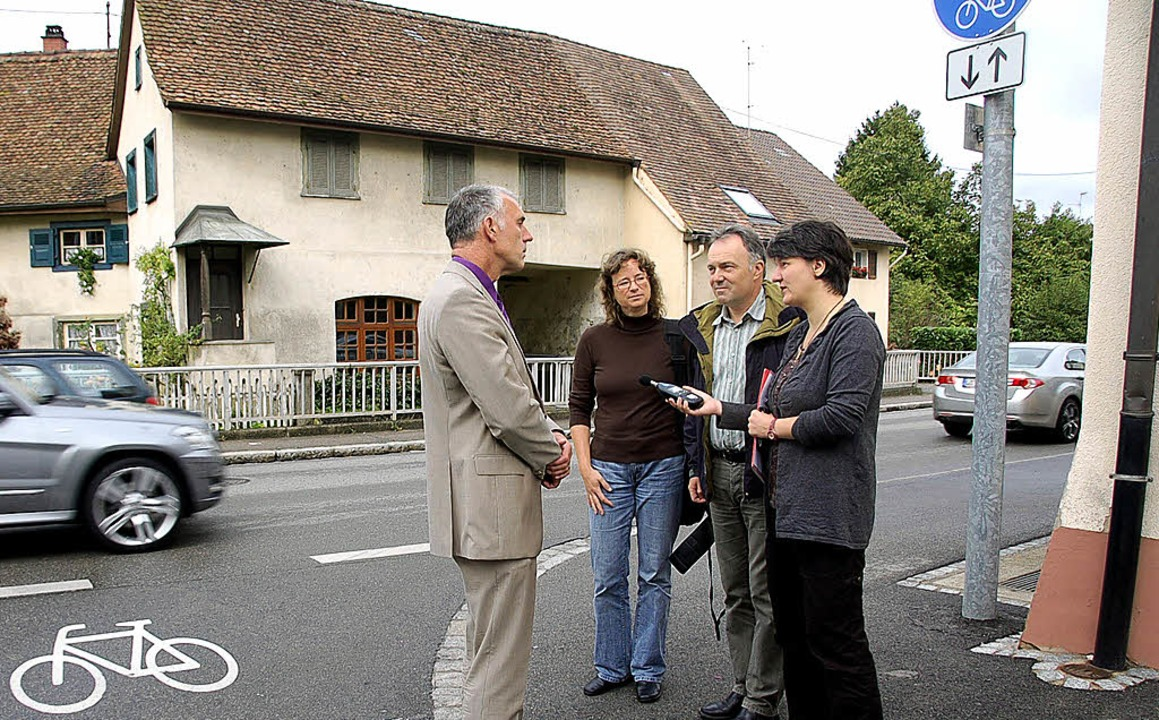 Bürgermeister Merstetter (links) erläu...uk die Verkehrsproblematik an der B3.   | Foto: vl