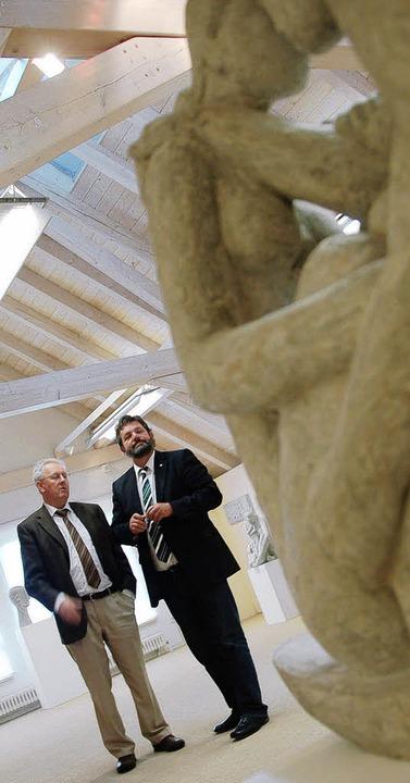 Rolf Schmidt (links) führte Reinhold Pix durch das Bernauer Thoma-Museum.     Foto: Kathrin Blum