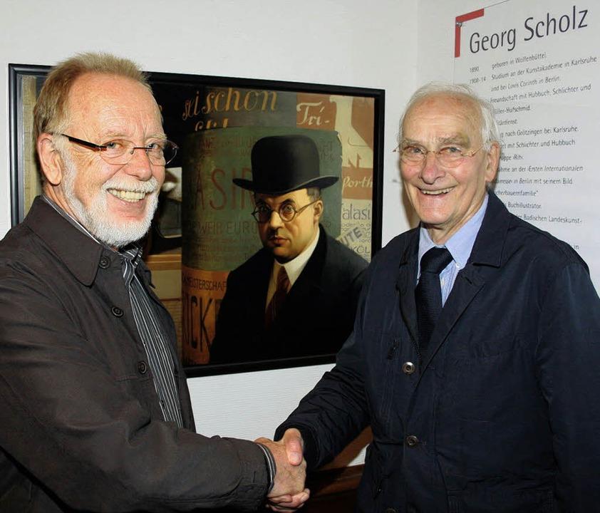 Jetzt im Ehrenvorsitz: Rainer Höll (re...er Lindemann vor dem Scholz-Portrait.   | Foto: Karin Heiss