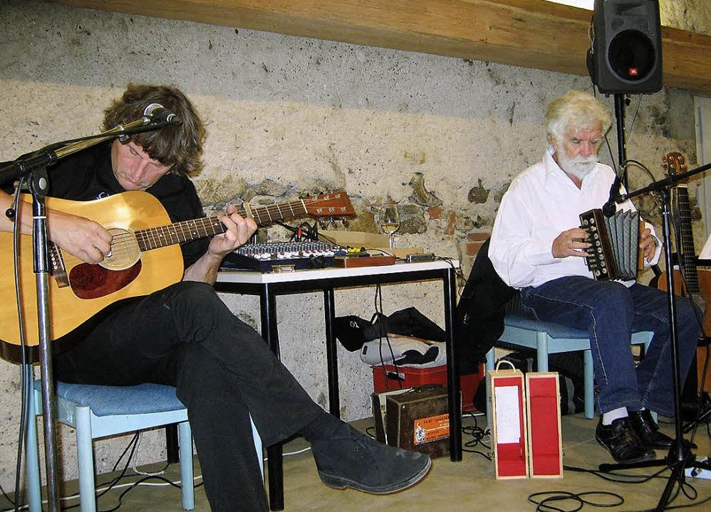 Die Liedermacher René Egles (rechts) u...he  in der Klosterscheune in Oberied.   | Foto: Anne Freyer