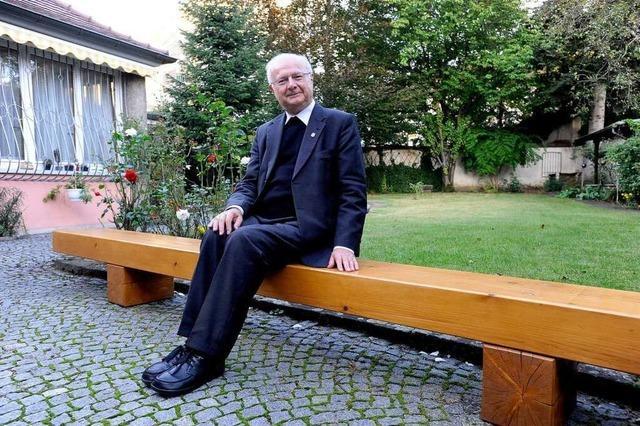 Feuerwehr liefert Papstbank in den Garten des Erzbischofs
