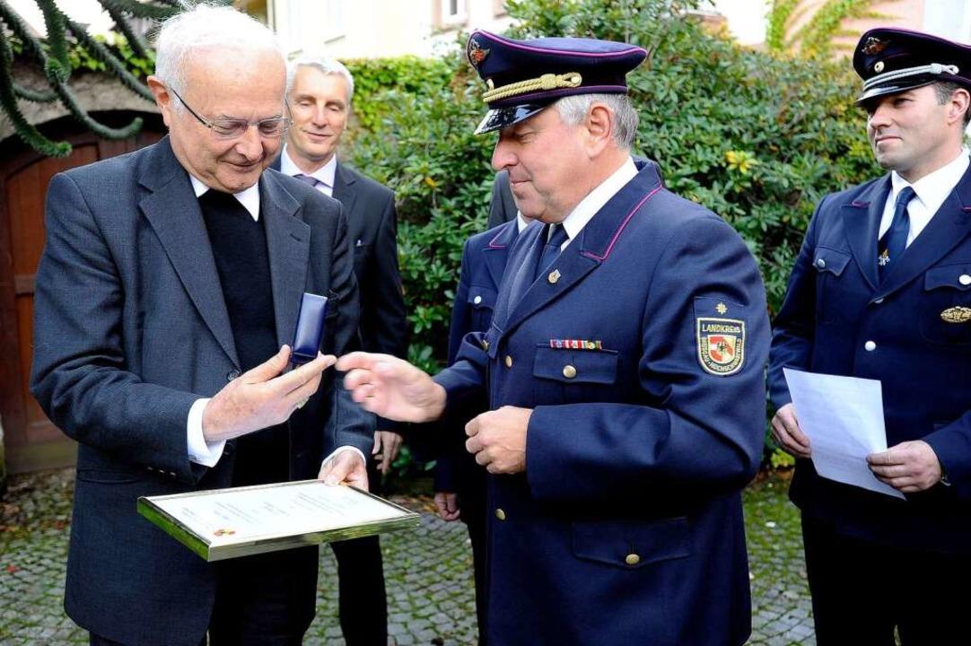 Kreisbrandmeister Axel Widmaier überre... die goldene Ehrennadel der Feuerwehr.    Foto: Ingo Schneider