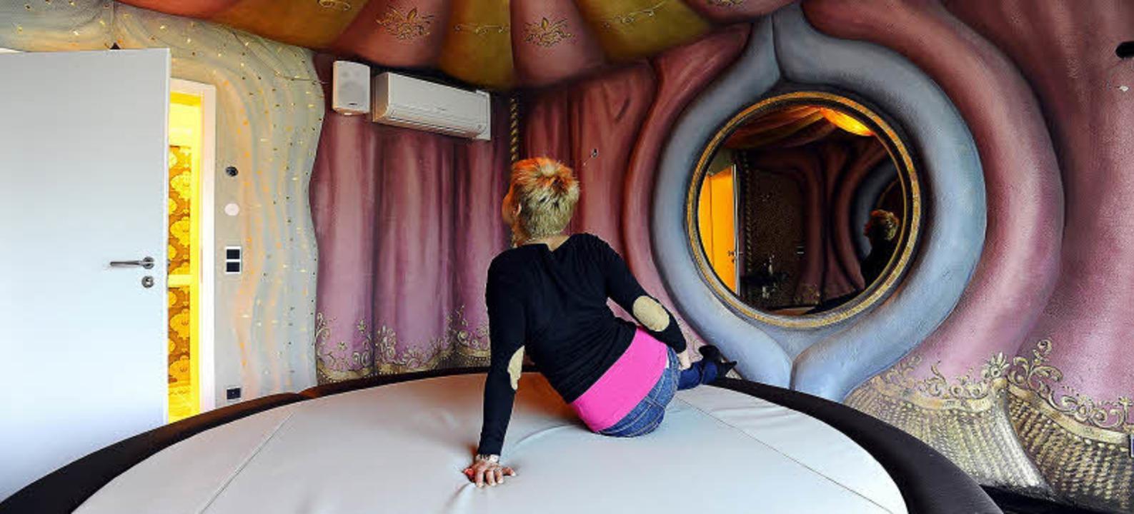 Farbenfroher Kitsch: eine der im FKK-Palast arbeitenden  Prostituierten  | Foto: ingo schneider