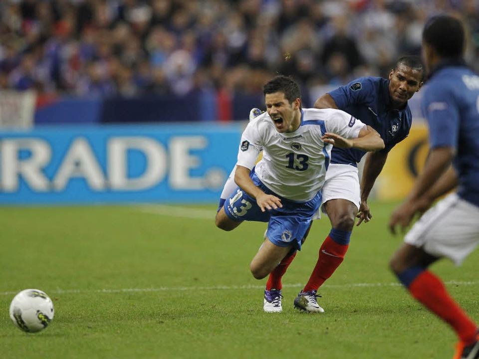 Mensur Mujdza (links) beim Duell mit F... Frankreich gegen Bosnien-Herzegowina.  | Foto: AFP