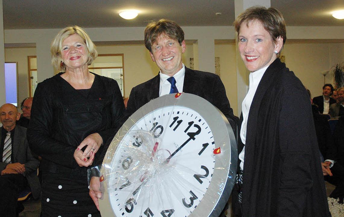 Bürgermeisterin Marion Dammann überrei... zur Einweihung des neuen Standortes.   | Foto: britta wieschenkämper