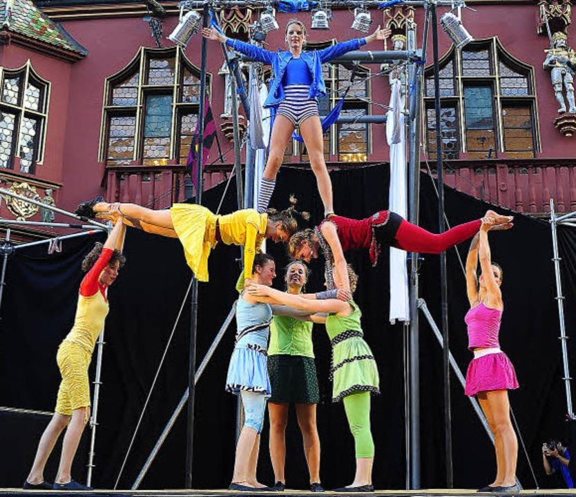 Zirkus auf dem Münsterplatz: Eine Pyramide aus Menschen   | Foto: Kunz
