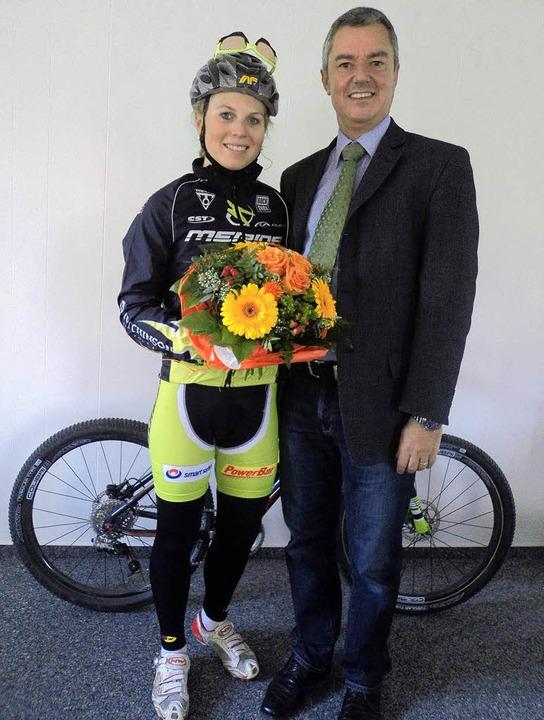 Mit Blumen begrüßte Bürgermeister Volk...für  Gottenheim als Wohnsitz gewählt.     Foto: joanna sykora