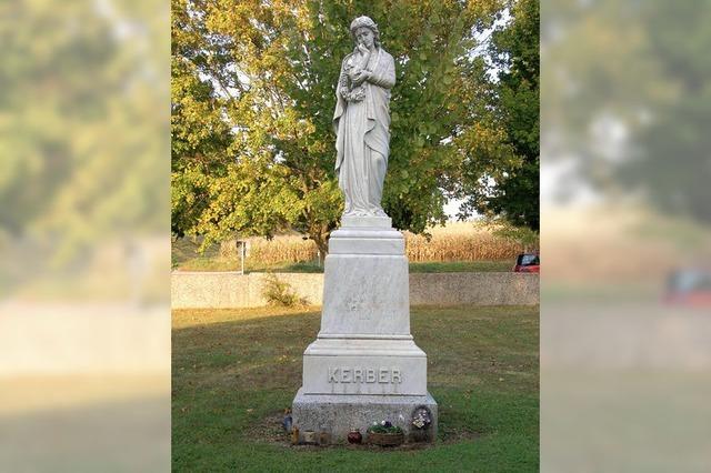 Neues Urnenfeld auf der Wiese um das Denkmal