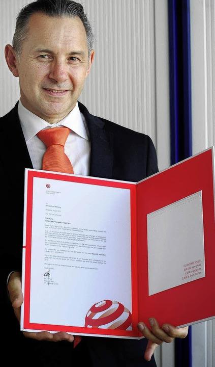 Der Simulationsfachmann Jan Korvink pr...reale –  Red-Dot-Award-Urkunde.   | Foto: Kunz