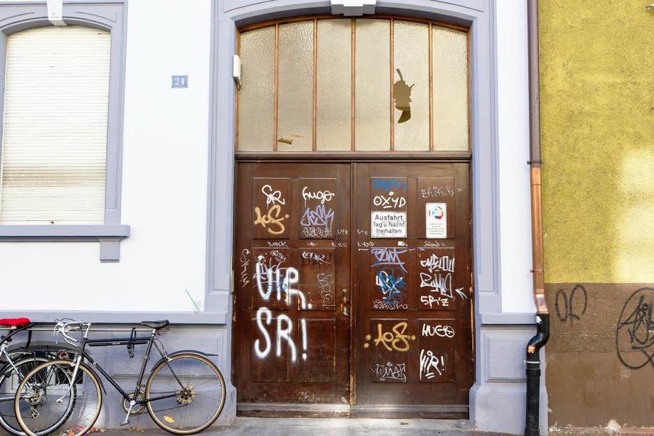Mal freundlich, mal eher abweisend: Hauseingänge in Freiburg (Foto: Carlotta Huber)