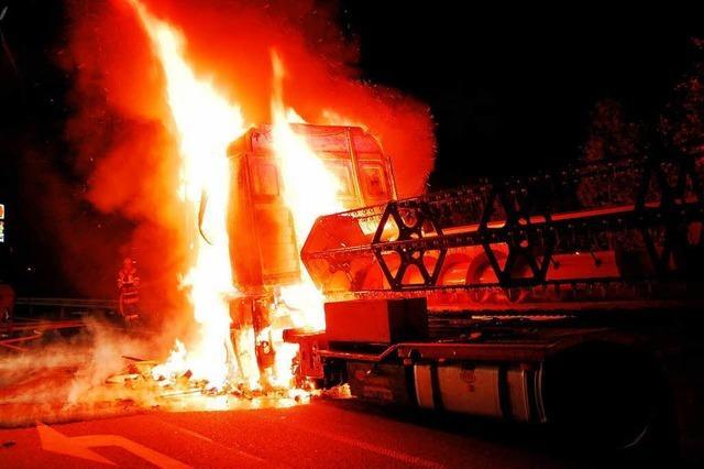Lkw-Zugmaschine gerät in Brand