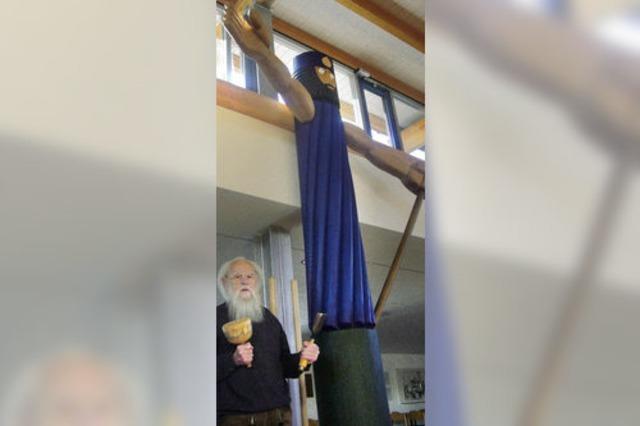 Ein Prediger mit Hammer, Axt und Säge