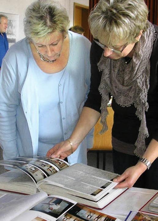 Blättern in der Vergangenheit: Fotos aus 60 Jahren Pfarreigeschichte   | Foto: Christiane Sahli