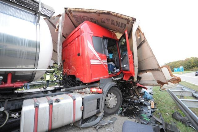 Unfall mit vier Lastwagen auf der A5 – zwei Verletzte