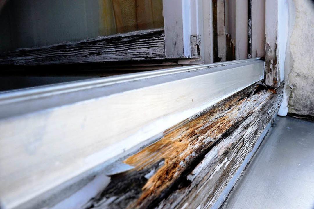 Undicht, morsch, verfault. Ein Fensterrahmen bei der Familie  Yassine   | Foto: Kunz