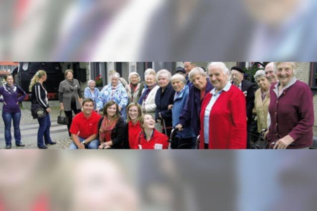 Auszubildende gehen mit Senioren auf große Fahrt