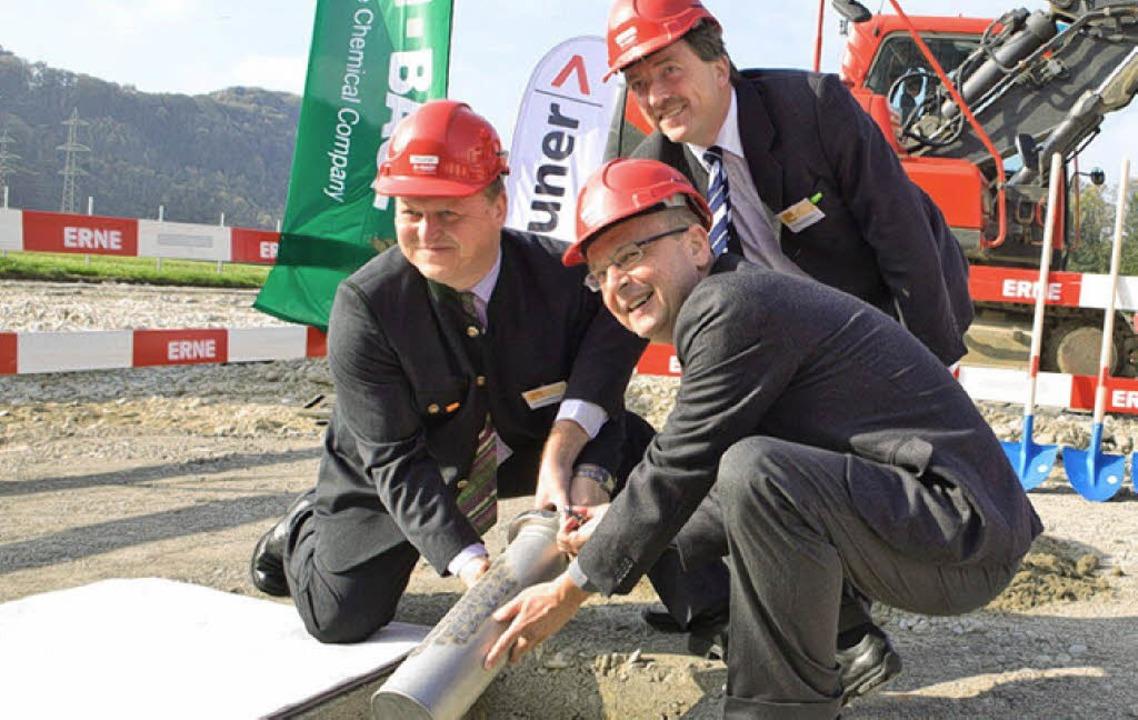 Projektleiter Hofbauer (links), Werkle...tte) und  Gemeindeammann Josef Amsler.  | Foto: BASF