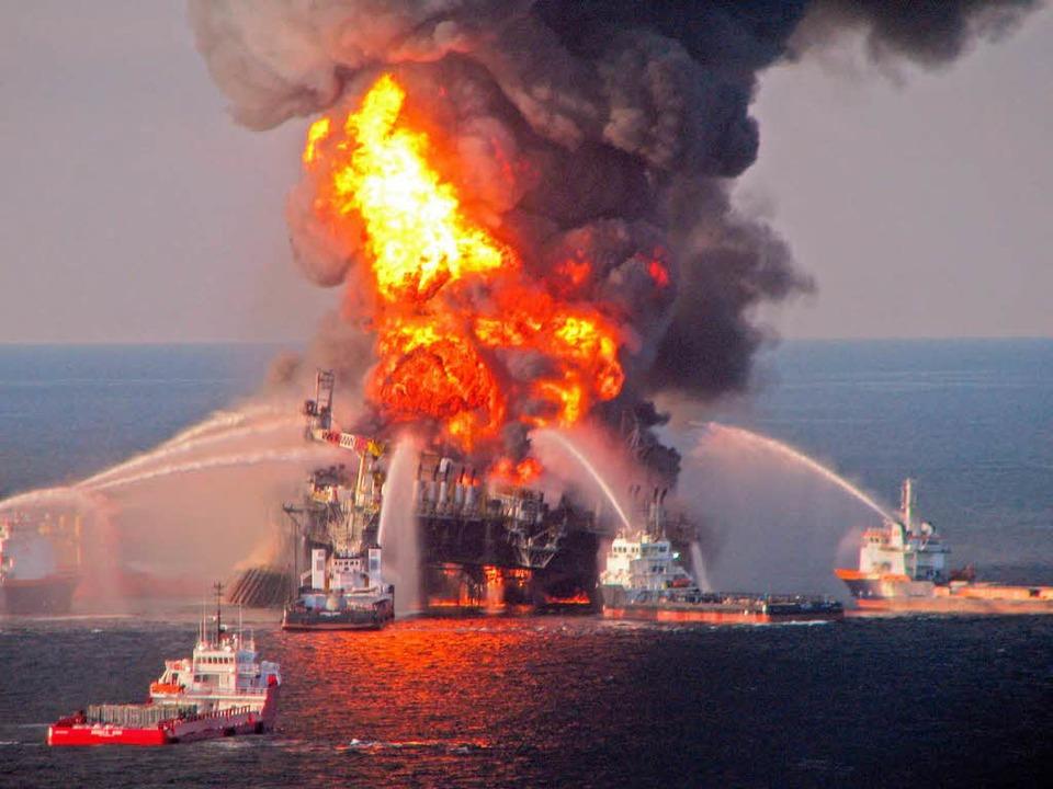 Der Brand auf der Ölbohrplattform &#82...2010 eine Umweltkatastrophe ausgelöst.    Foto: dpa