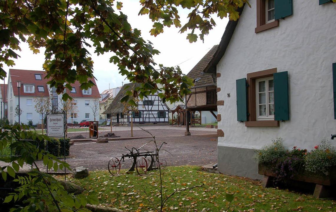 Idyllischer Dorf- oder Festplatz im Unterdorf am Alt-Denzlinger Heimethues.     Foto: Frank Kiefer