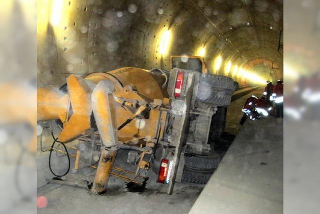 Betonmischer kippt im Tunnel