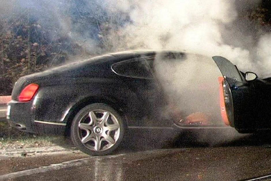 Auto rast in Lastwagen - Fahrer schwer verletzt – Auto brennt aus (Foto: Martin Ganz)