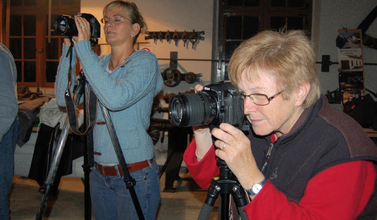 Nehmen die attraktiven Motive in den Fokus: Fotografinnen  des VHS-Kurses  | Foto: Petra Wunderle