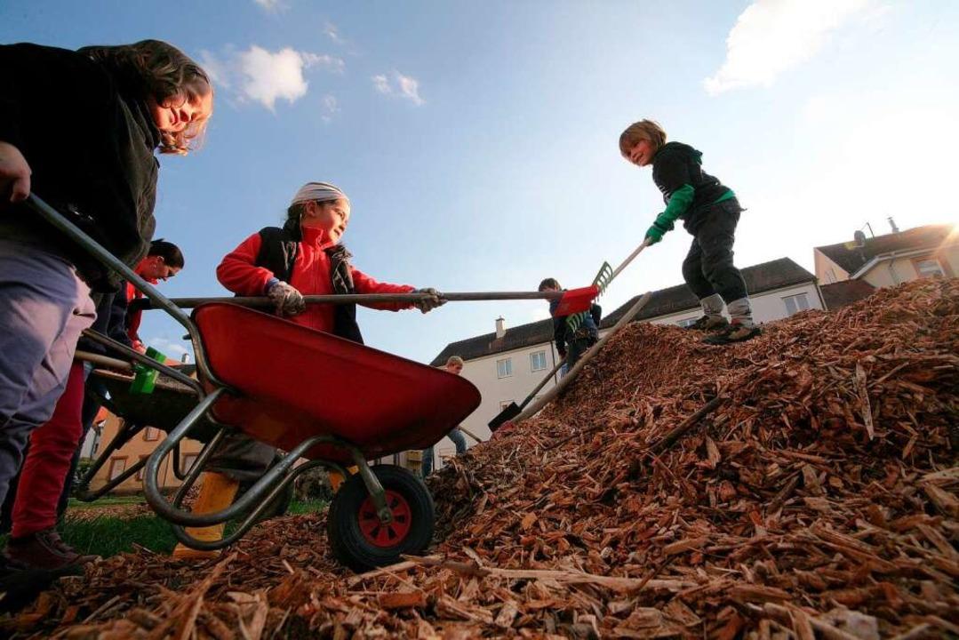 Die Kinder des Waldkindergartens in La...genes Areal für die Chrysanthema 2011.  | Foto: Bastian Henning