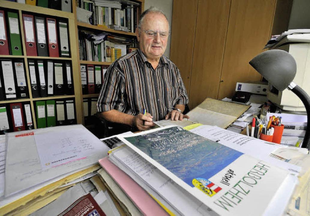 Richard Stubert ist seit 40 Jahren Mit... Aktenstudium in seinem Arbeitszimmer.    Foto: Siegfried Gollrad