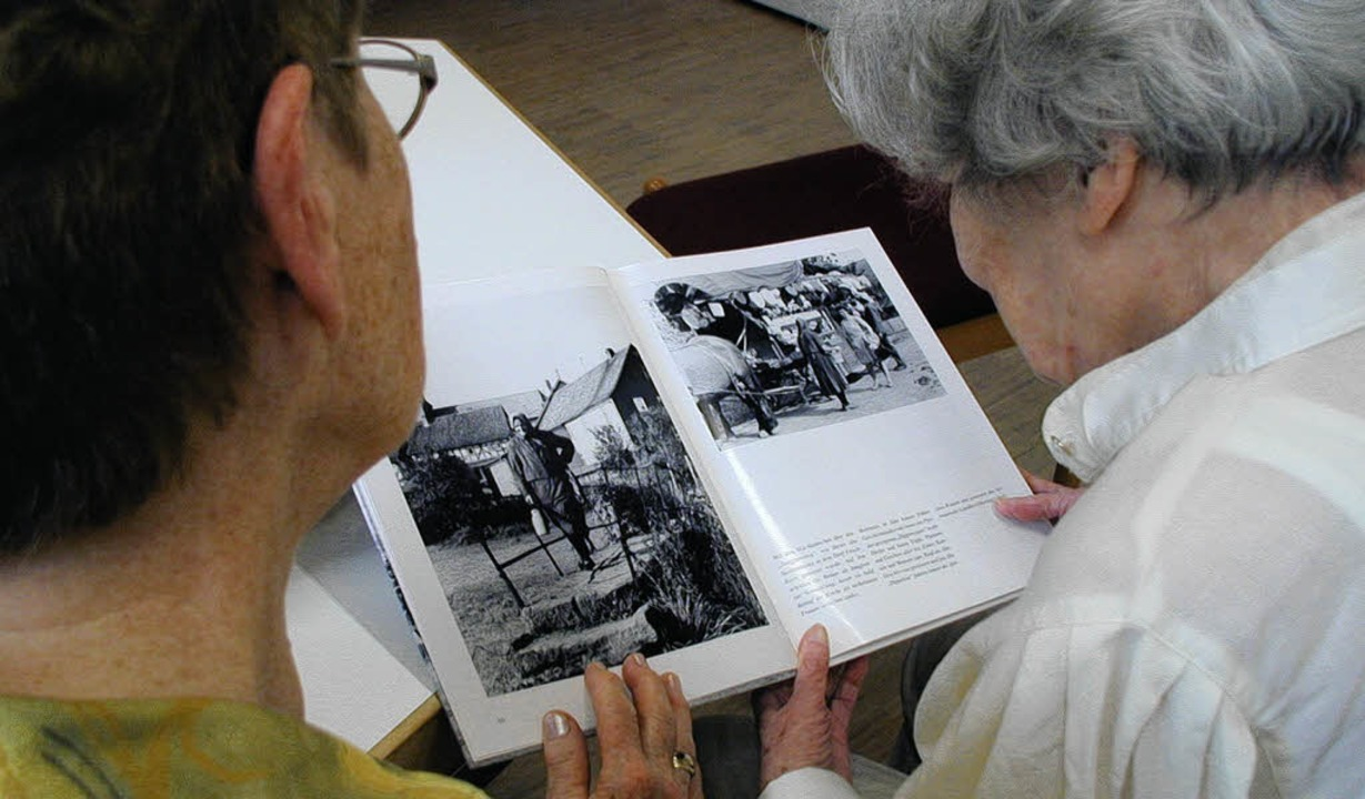 Blättern im Geschichtsbuch: Die Beschä...en mit Demenzerkrankungen helfen kann.    Foto: Adrian Hoffmann