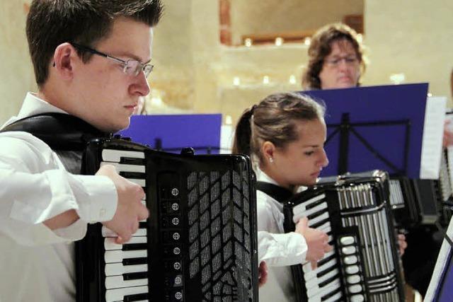 Akkordeonspieler füllen zwei Gotteshäuser