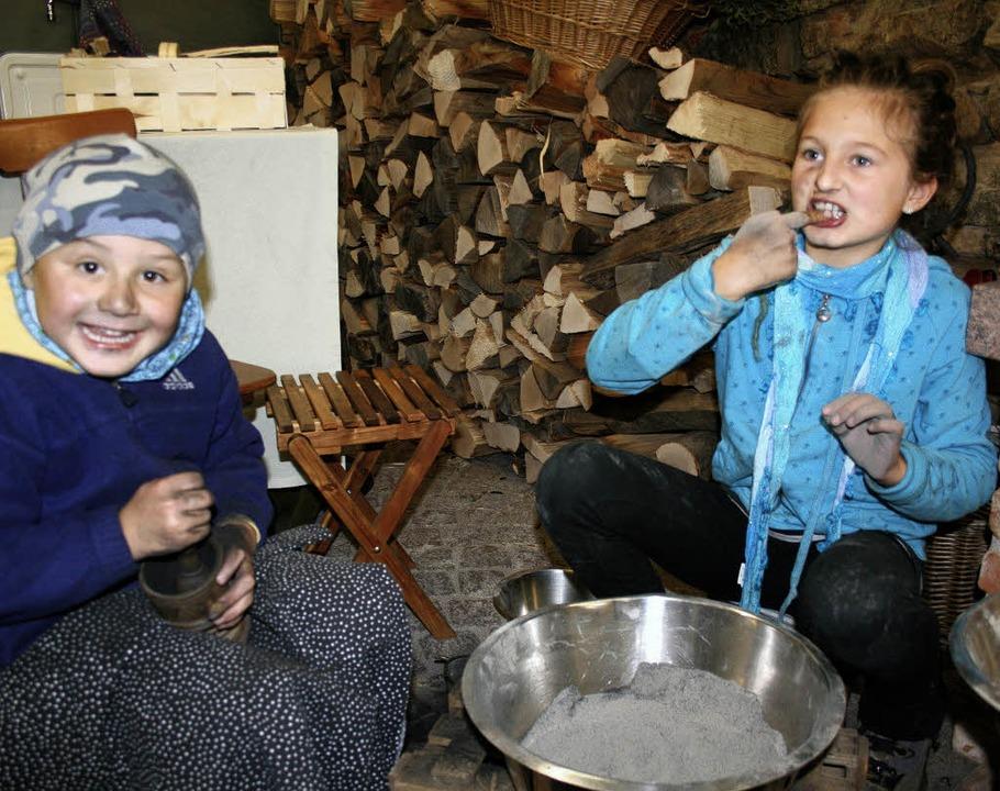 David und Lilly mischen sich eine Zahnpasta aus Asche und ätherischen Ölen.